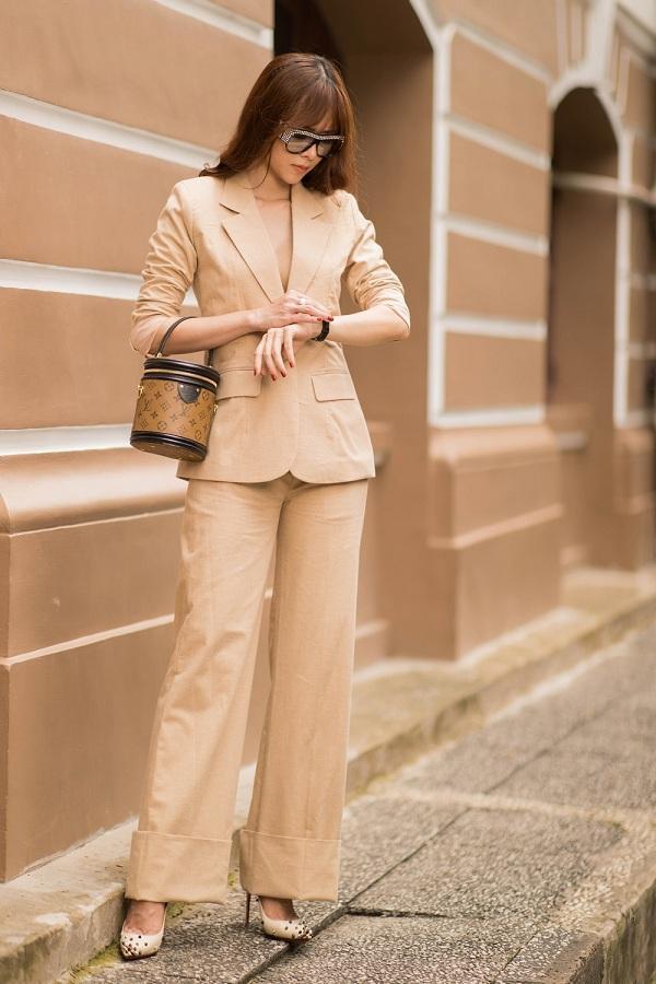 Không chỉ mang đến hình ảnh năng động, quý phái, Diệp Bảo Ngọc còn gợi ý cho người hâm mộ cách phối đồ theo phong cách cá tính nhưng không kém phần thanh lịch. Cô chọn bộ vest tông màu kem khi xuất hiện trên đường phố.
