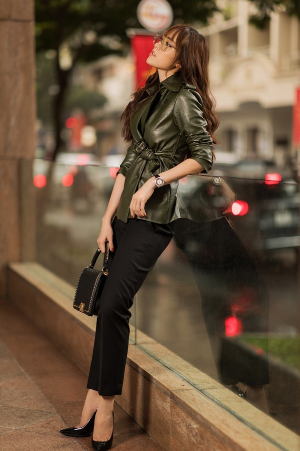 Một chiếc áo da blazer tông xanh rêu cùng quần đen đơn giản là lựa chọn không thể hoàn hảo hơn cho những cô nàng theo đuổi hình ảnh sang trọng.