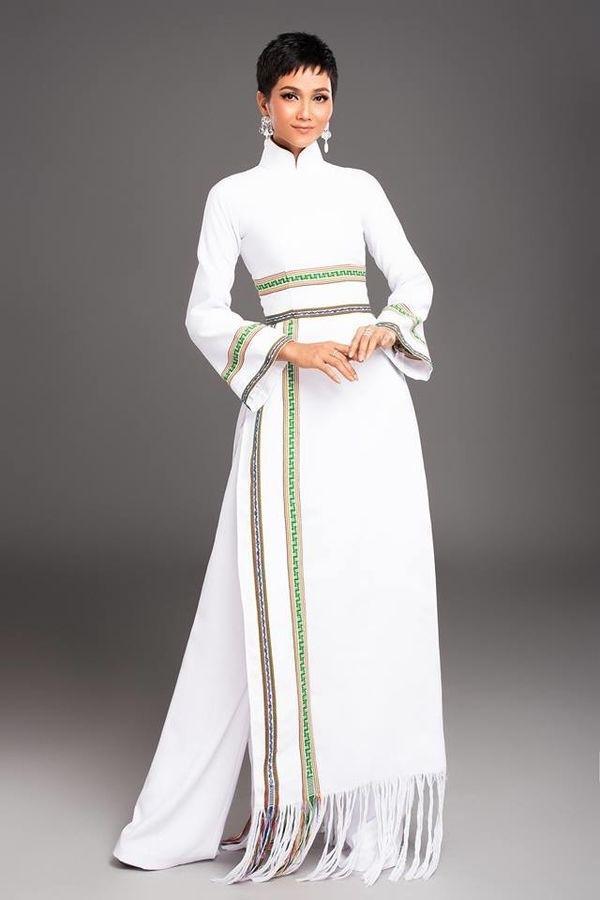 Một chiếc áo dài được NTK Linh San may đo với tấm vải được dệt từ chính những con người Ê-Đê.