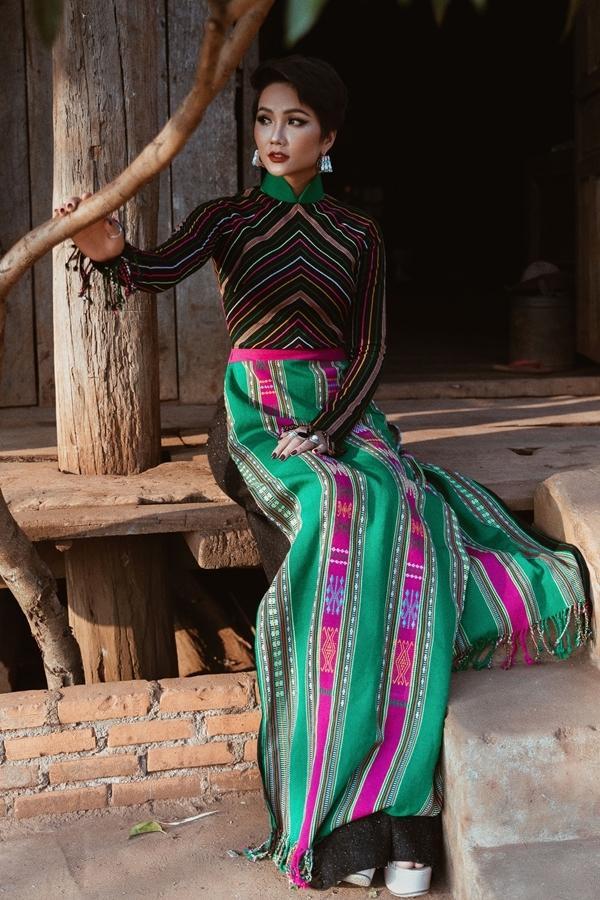 Là người con gái Ê-Đê, đóa hoa cà phê của núi rừng, không ít lần người đẹp chọn diện những thiết kế mang âm hưởng dân tộc, bản sắc trong những sự kiện quan trọng.