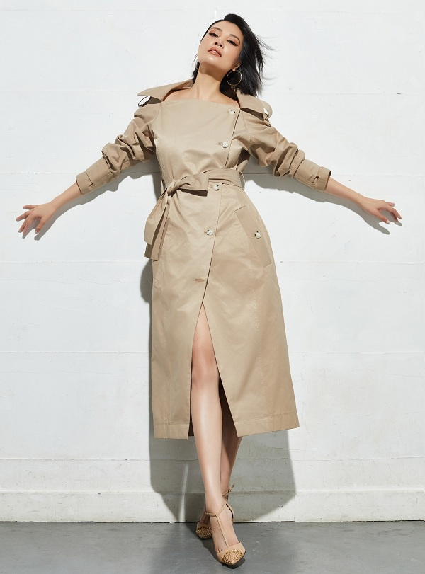 Vũ Cẩm Nhung trong thiết kế áo măng -tô màu be cách điệu để các chị em phụ nữ có thể chọn mặc trong dịp Đông sang