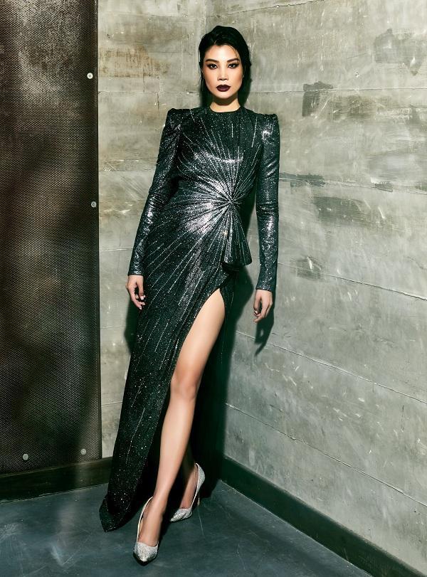 Thiết kế váy đi tiệc với chất liệu sequin lấp lánh cắt xẻ chân
