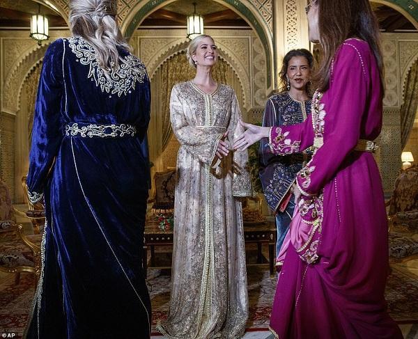 """Cô được Công chúa Lalla Meryem tiếp đón nồng hậu với các vị quan khách, ái nữ nhà Trump như """"thỏi nam châm"""" hút toàn bộ mọi sự chú ý bởi vẻ ngoài quá tuyệt mỹ"""