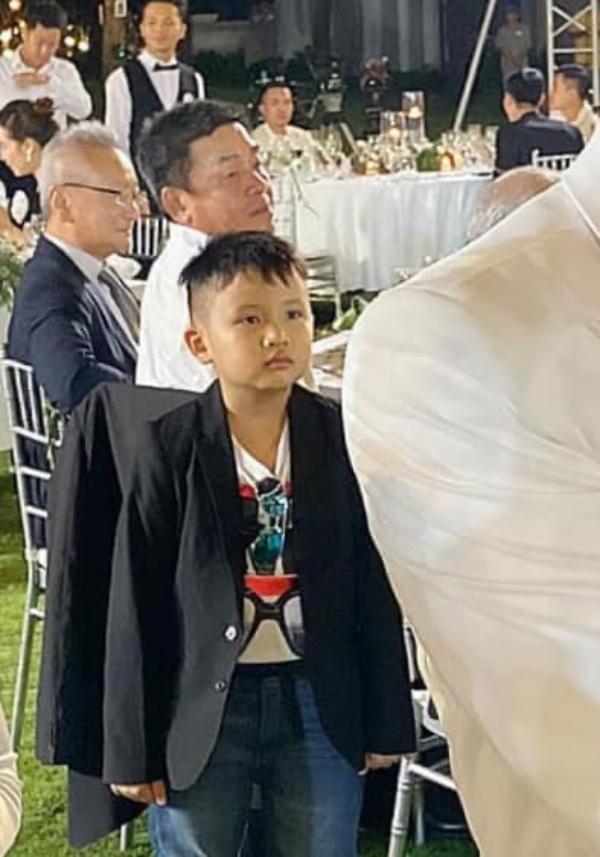 """Biểu cảm của cậu bé này tại đám cưới Đông Nhi khiến nhiều người liên tưởng đến câu nói: """"Tôi là ai? Và đây là đâu?"""""""