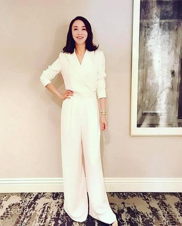 Mỹ nhân Singapore diễn viên Phạm Văn Phương khoe dáng vóc thanh mảnh với bộ jumsuit thanh lịch của thương hiệu thời trang Mỹ