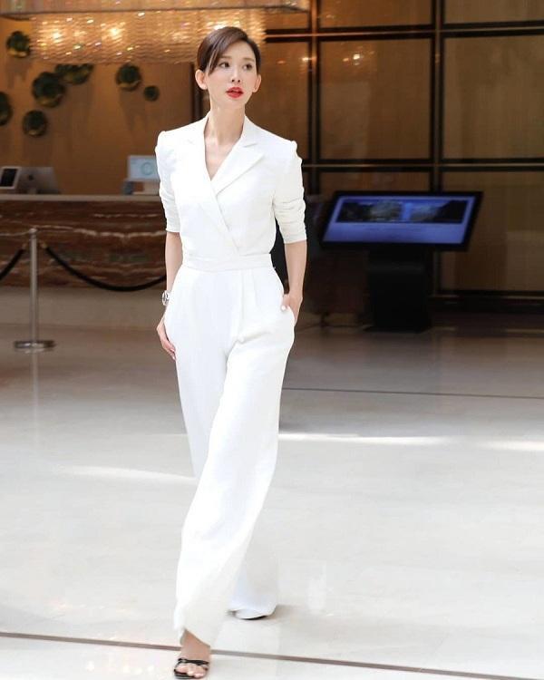 Siêu mẫu Đài Loan Lâm Chí Linh có chiều cao và vóc dáng tuyệt mỹ thế nên bộ jumpsuit trắng Ralph Lauren này hoàn toàn phù hợp với cô