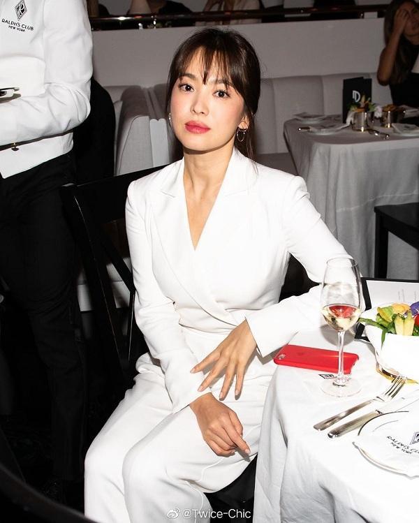 Đến với show diễn cùa nhà mốt lừng danh của Mỹ , cô chọn diện bộ jumpsuit Ralph Lauren màu trắng đơn giản. Kết hợp cùng đó là lối makeup nhẹ nhàng tự nhiên và kiểu tóc búi thấp toát lên cảm giác thanh lịch, sang trọng.