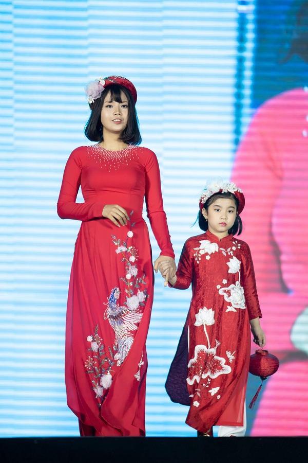 Góp mặt trong màn trình diễn bộ sưu tập áo dài đặc biệt là Thuỷ Tiên, cô sinh viên năm nhất mắc ung thư vú của Đại học Ngoại thương Hà Nội.