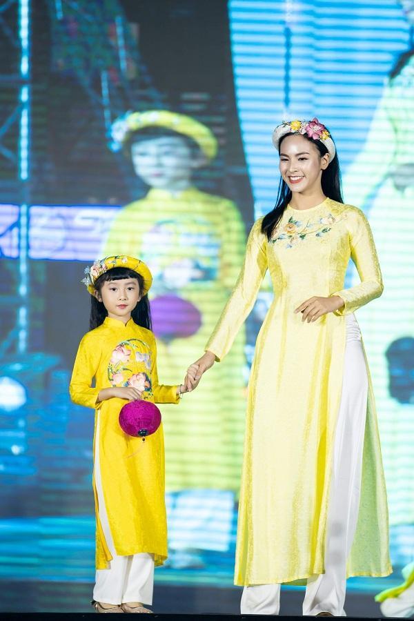 Quỳnh Nga – Người đẹp truyền thông của Hoa hậu Việt Nam thế giới trong thiết kế áo dài vàng rực rỡ
