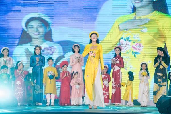 """Được biết Hoa hậu Ngọc Hân là người """"thổi hồn"""" cho BST áo dài """"Sắc màu phồn vinh"""" này"""