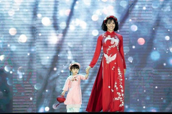 Người mẫu Hồng Quế cùng con gái yêu trình diễn áo dài tại một sự kiện diễn ra ở Hà Nội vừa qua