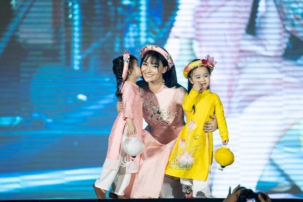 """Con gái hôn má Hồng Quế khi cùng catwalk cùng mẹ, cả hai mẹ con đều mặc """"áo dài đôi"""" màu hồng phấn cùng nhau"""