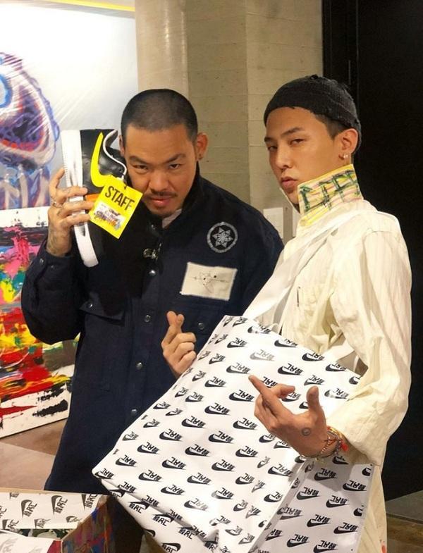 Những người thân thiết với thủ lĩnh Big Bang G-Dragon sẽ có được đôi giàyswoosh màu vàng do chính tay anh đánh số và kí tên từng đôi như nghệ nhân xăm hình Dr.Woo đình đám ở Hollywood.