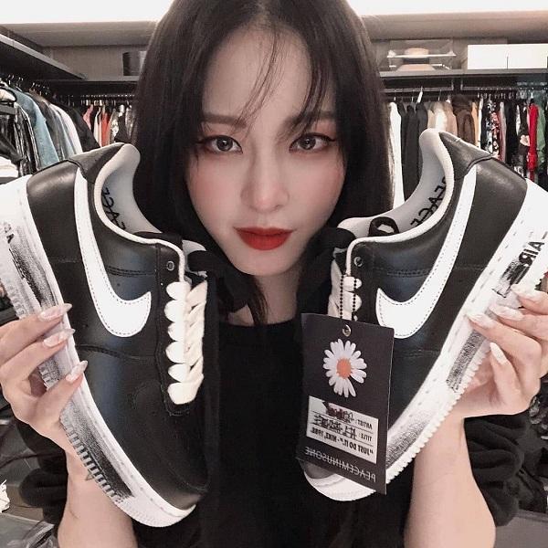 Kiều nữ gợi cảm Han Ye Seul đã khoe trên trang cá nhân của mình đôi giày Para-noise với phiên bản quốc tế , item đến từ G-Dragon thu hút tất cả dàn sao Hàn đình đám