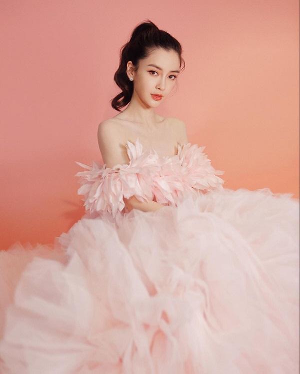 Angelababy quá đỗi xinh đẹp khi buộc tóc cao để mặc cùng bộ váy hồng bung xòe lông vũ bồng bềnh