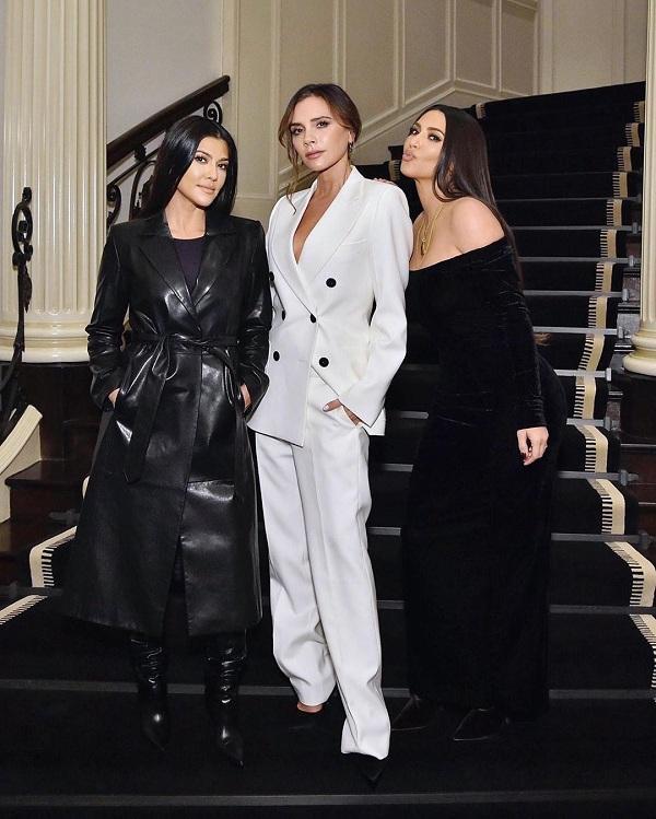 """Hai chị em nhà Kardashian Kim và Kourtney đã có dịp """"hội ngộ"""" NTK Victoria Beckham với trang phục gam màu trắng -đen đối lập nhau."""