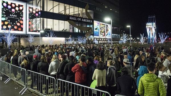 Người Mỹ thường có truyền thống kéo nhau trong ngày lạnh giá xếp hàng trước các khu trung tâm lớn trong ngày Black Friday để khi có thông báo là hàng trăm người ùn ùn kéo nhau mua sắm