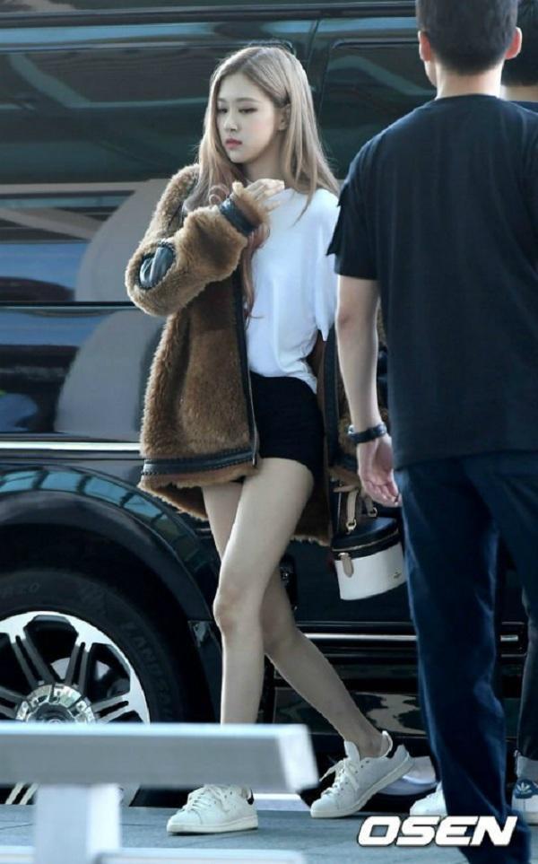 Dù trời lạnh nhưng cũng đôi lúc cô thay đổi style của mình với set đồ áo T-shirt và chân váy/shorts.