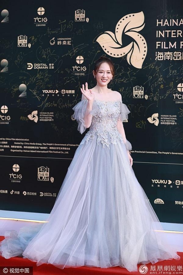 Trần Kiều Ân trẻ trung trong bộ váy tựa nàng tiên trễ vai