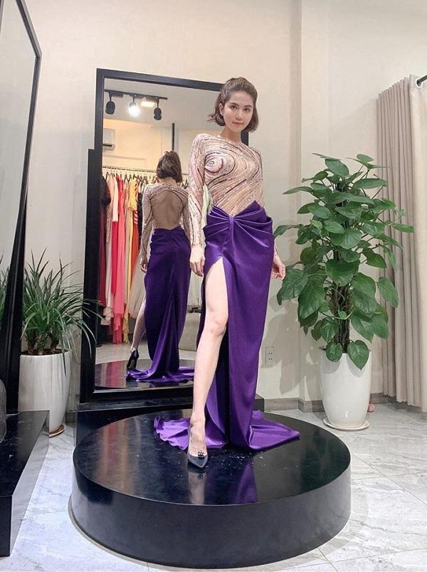 Ngọc Trinh khoe chân dài trong kiểu váy xẻ chân màu tím lịm khi có mặt tại một cửa hàng để thử đồ