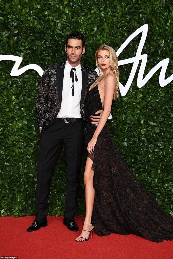 Chân dài nhà Victoria's Secret phô trương body hoàn hảo của mình dù có vòng một khiêm tốn nhưng Stella vẫn khiến cánh đàn ông không thể rời mắt