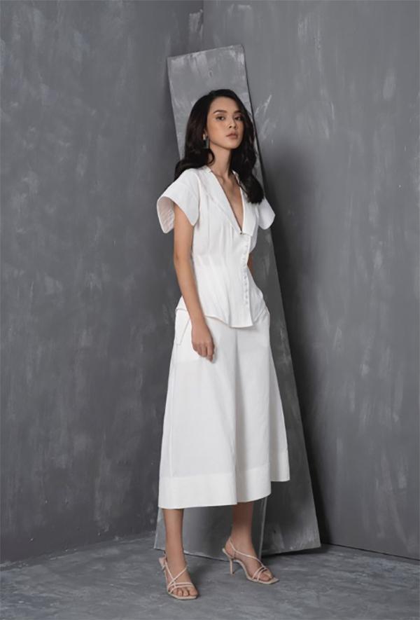 Set đồ trắng với cánh tay cách điệu mang đến sự mới mẻ cho các cô nàng