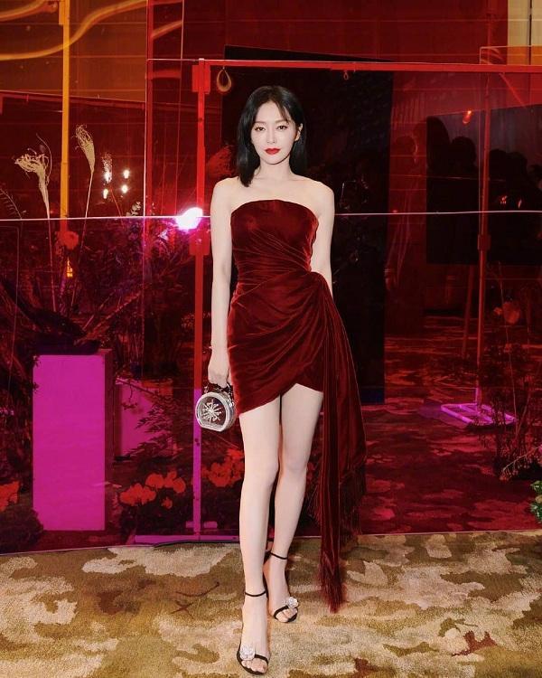 """Tần Lam khoe đôi chân dài """"cực phẩm"""" trong chiếc váy quây đỏ chất liệu nhung mix cùng giày cao gót đen quai mảnh cùng chiếc túi mini xách tay tại sự kiện vừa qua, cô đẹp đến mức mà nổi bần bật hơn cả đàn em tham dự sự kiện"""