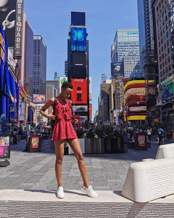 Tân Miss Universe 2019 ngày thường luôn chọn các đôi giày thể thao để kết hợp với các trang phục mỗi khi đi dạo phố hay du lịch