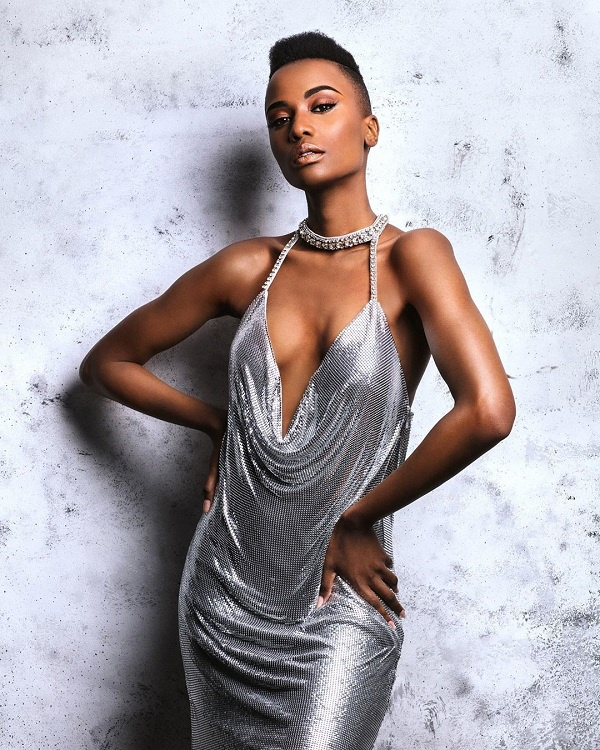 Thiết kế váy quyến rũ, nóng bỏng hở vòng táo bạo của người đẹp sinh năm 1993 vô cùng hợp với cô