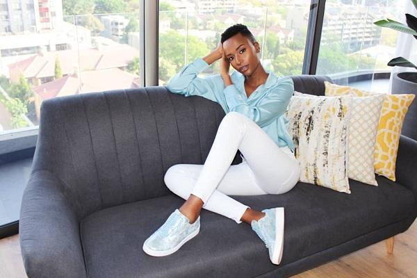 Ở ngoài đời mỹ nhân Nam Phi 26 tuổi thu hút sự chú ý bởi mái tóc cực ngắn đầy cá tính cùng vẻ đẹp tươi tắn, khoẻ khoắn trong các trang phục đầy màu sắc