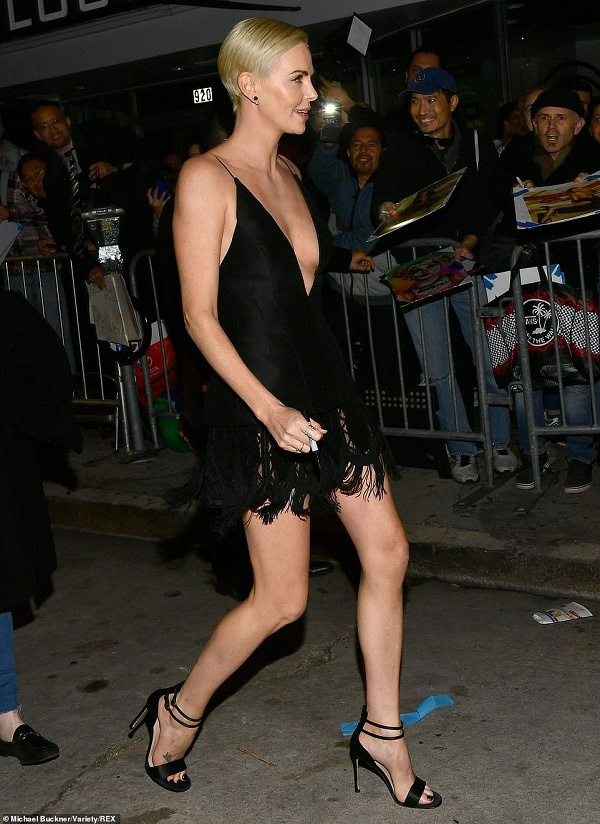 Charlize Theron quá đỗi quyến rũ trong kiểu váy đen hai dây, cắt xẻ táo bạo này