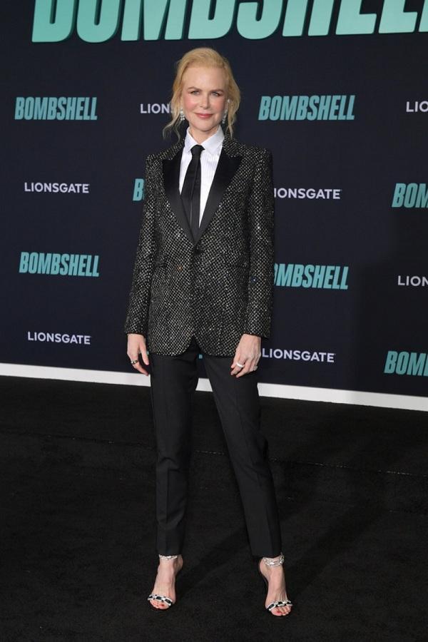 Thiên Nga nước Úc chọn phong cách nam tính hơn với set đồ từ thương hiệu Saint Laurent với thiết kế blazer sequin lấp lánh mix cùng quần đen và áo sơ mi trắng bên trong thắt cà -vạt