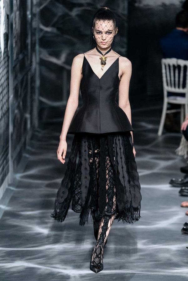 """Thiết kế nguyên bản thuộc BST Haute Couture Thu Đông 2019 của Dior được Charlize """"biến hóa"""" lại theo phong cách gợi cảm hơn"""
