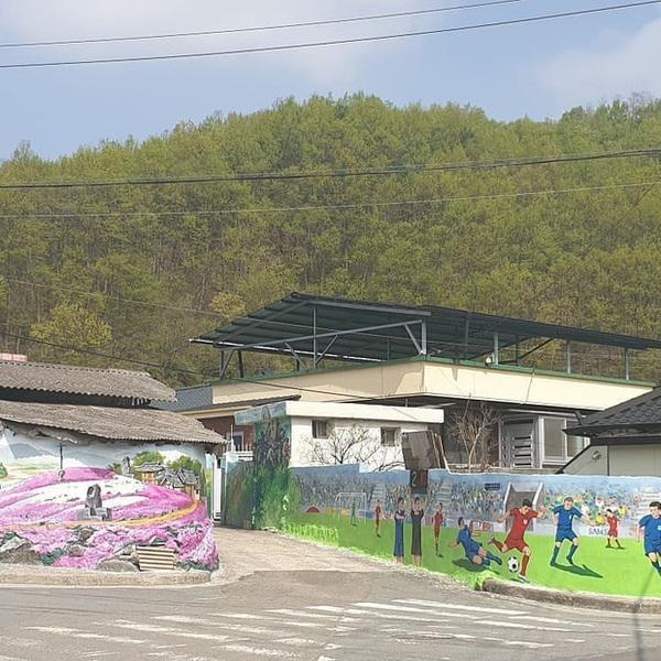 """Ngay sau khi chàng """"Hải con"""" chia sẻ bức hình, cư dân mạng đã nhanh chónglục lại hình ảnh tranh bích họa tôn vinh Đội tuyển Việt Nam tại quê nhà HLV Park Hang-seo từng gây sốt. Ảnh: báo Lao Động"""