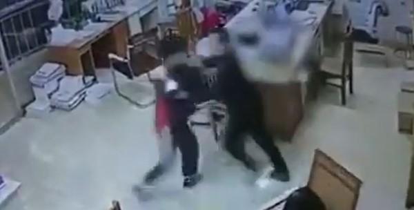 Giáo viên đánh, bóp cổ học sinh ngay trong lớp gây sốc cộng đồng mạng ảnh 3
