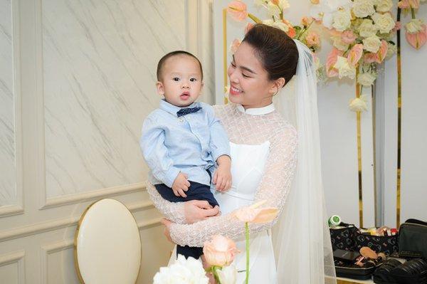 Trong thời gian mang bầu và sinh con, Giang Hồng Ngọc hoàn toàn im hơi lặng tiếng và từ chối trả lời truyền thông