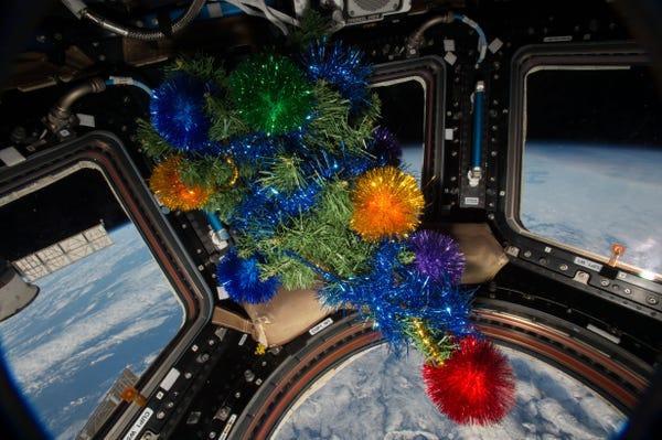 Có thể các phi hành gia không thể chọn chiếc cây thông mà mình thích nhưng một lễ Giáng Sinh sẽ không thể thiếu một cây thông như thế này.