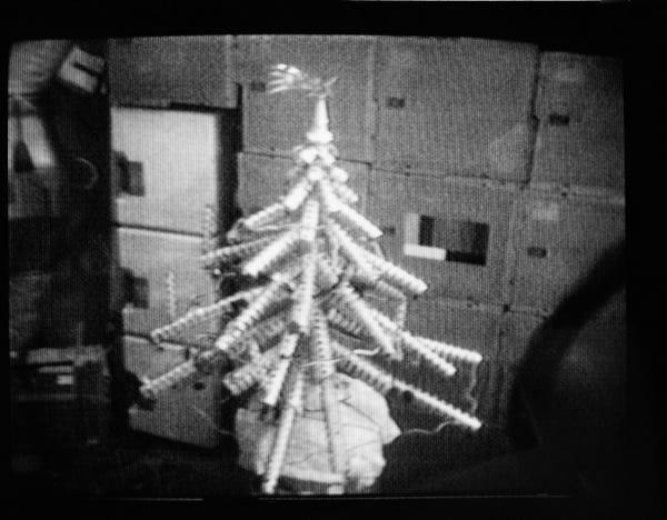 Trước đây, những cây thông noel trên tàu vũ trụ thường đơn giản như thế này. Chúng được làm từ những chiếc hộp đừng đồ ăn rỗng. Hình ảnh này được chụp vào năm 1973.