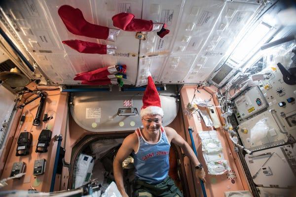 """Trong môi trường không trọng lực, các phi hành gia """"treo"""" tất theo cách dễ dàng hơn chúng ta rất nhiều."""