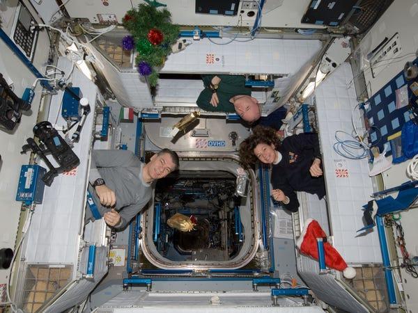 Quà Giáng sinh cũng được gửi lên ISS từ trước đó vài ngày.