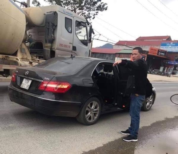 Chiếc ô tô và hiện trường vụ tai nạn. Ảnh: ATGT