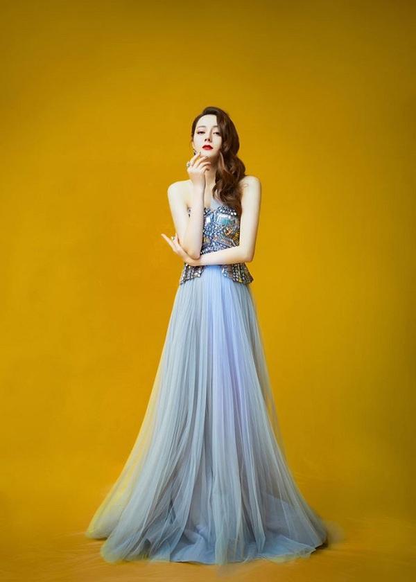 Mỹ nhân sinh năm 1992 chọn cho mình bộ váy xanh pastel vải tuyn cùng phần thân áo cúp ngực chất liệu mattelic óng ánh