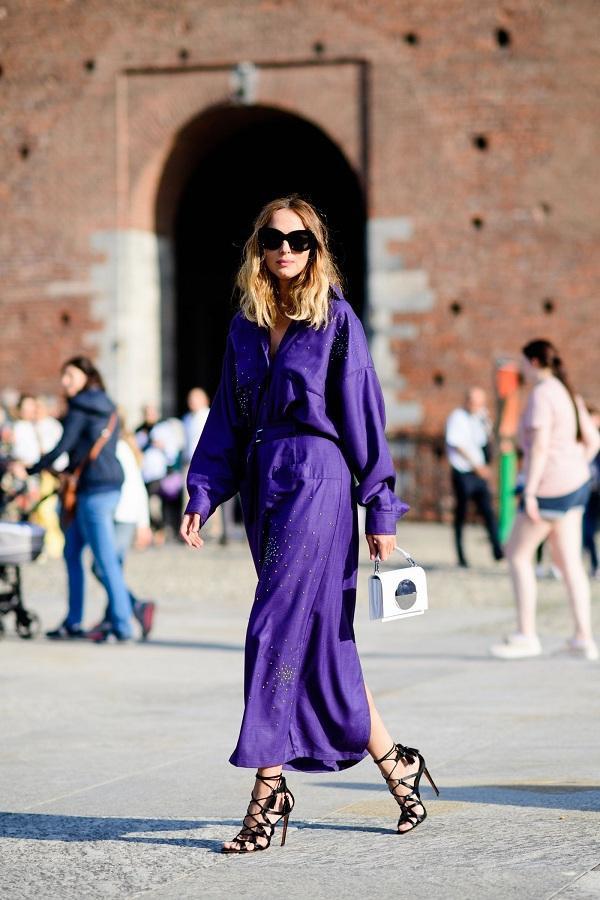 Một nàng fashionista chọn cho mình chiếc váy suông rộng tạo cảm giác thoải mái nhưng cũng rất nữ tính và mềm mại trong chất vải lụa mix cùng giày cao gót đan dây đen