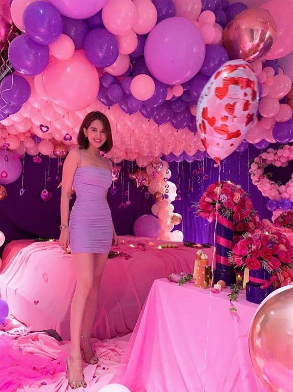 Trong ngày sinh nhật của Ngọc Trinh, cô từng diện kiểu váy tím hai dây ngắn khoe trọn cặp chân dài nuột nà