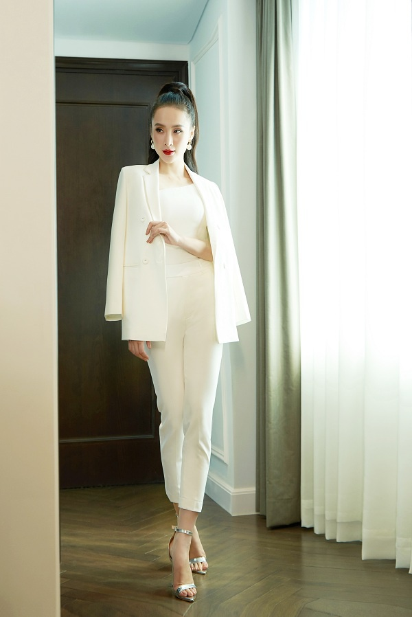 Thanh lịch nhưng không kém quyến rũ trong set đồ suit trắng