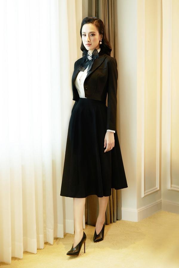 Vẻ đẹp kinh điển của những chân váy Midi và áo vest croptop cổ điển sẽ giúp chúng ta có những trang phục rất nữ tính, tinh tế và sành điệu.