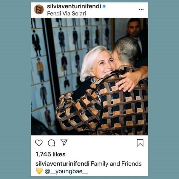 Thậm chí, NTK kiêm giám đốc sáng tạo Fendi rất vui mừng khi thấy sự xuất hiện của Taeyang tại show thời trang và update hình ảnh ôm chầm nam ca sĩ thắm thiết trên instagram cá nhân của bà