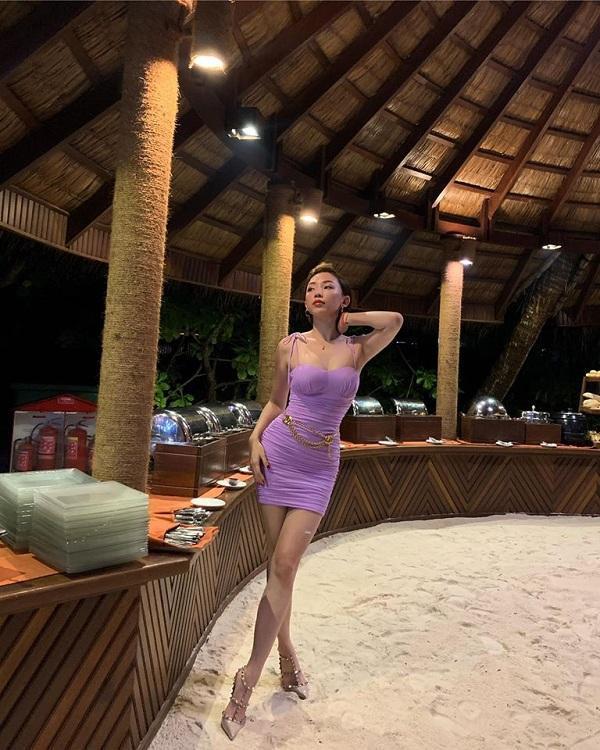 Kiểu váy này trước đây từng được Tóc Tiên mặc trong một kỳ nghỉ du lịch, nàng ca sĩ nhấn nhá thêm belt dây xích mạ vàng ngang eo.