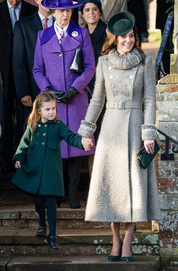 Công chúa Charlotte càng lớn lại càng xinh như búp bê trong kiểu áo măng tọ màu xanh lá cây cùng kiểu giày búp bê phong cách Mary Jane