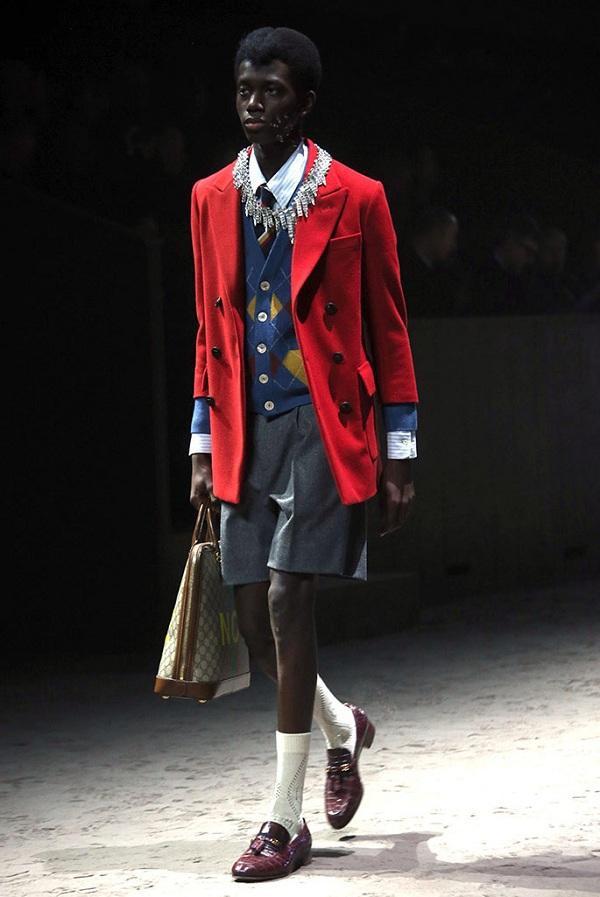 """Thời trang """"schoolboy"""" của các cậu học sinh quý tộc với blazer cùng quần tây lửng, giày loafer cho nam giới"""